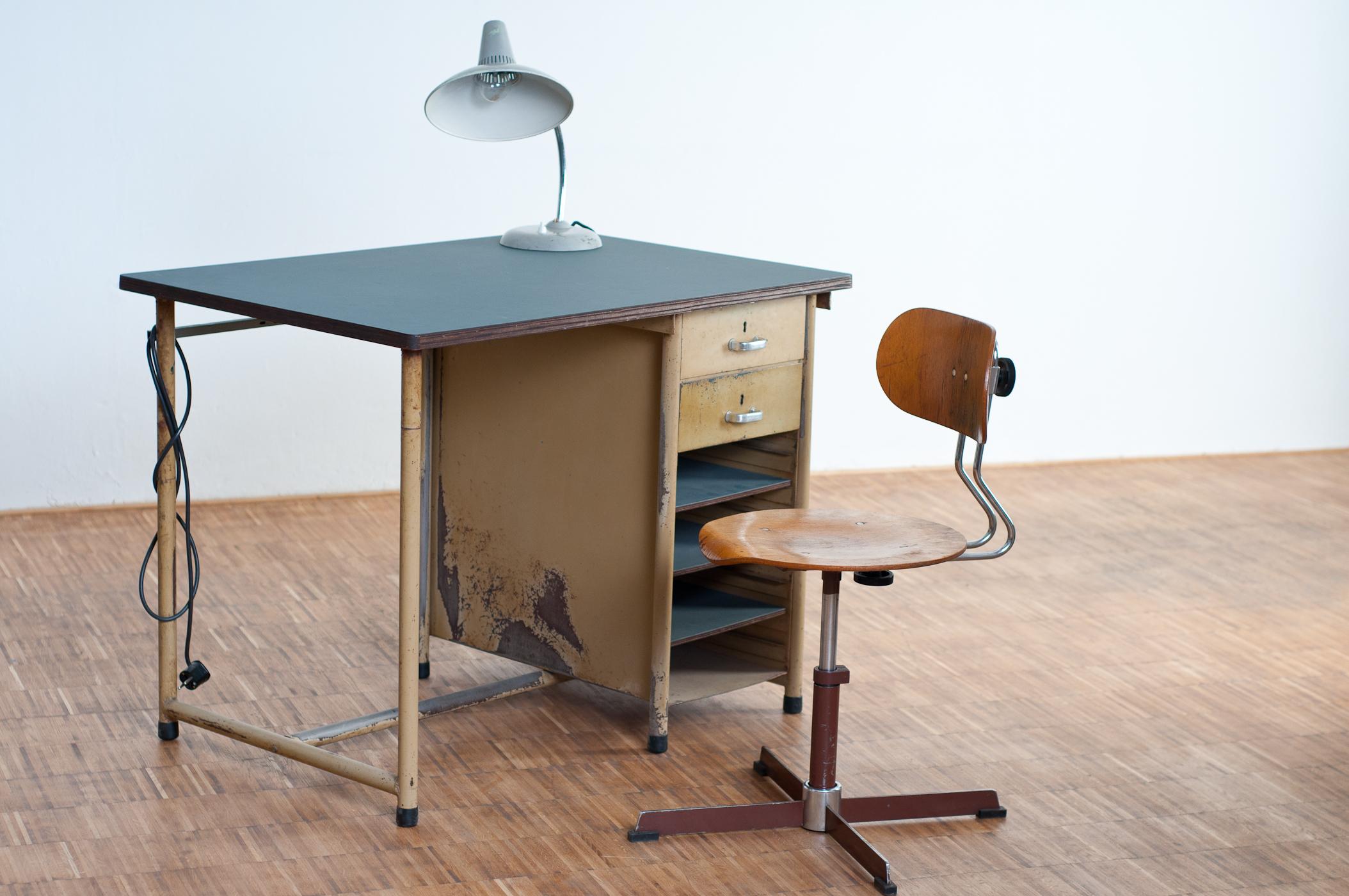 schreibtisch mit stromanschluss wbf berlin. Black Bedroom Furniture Sets. Home Design Ideas
